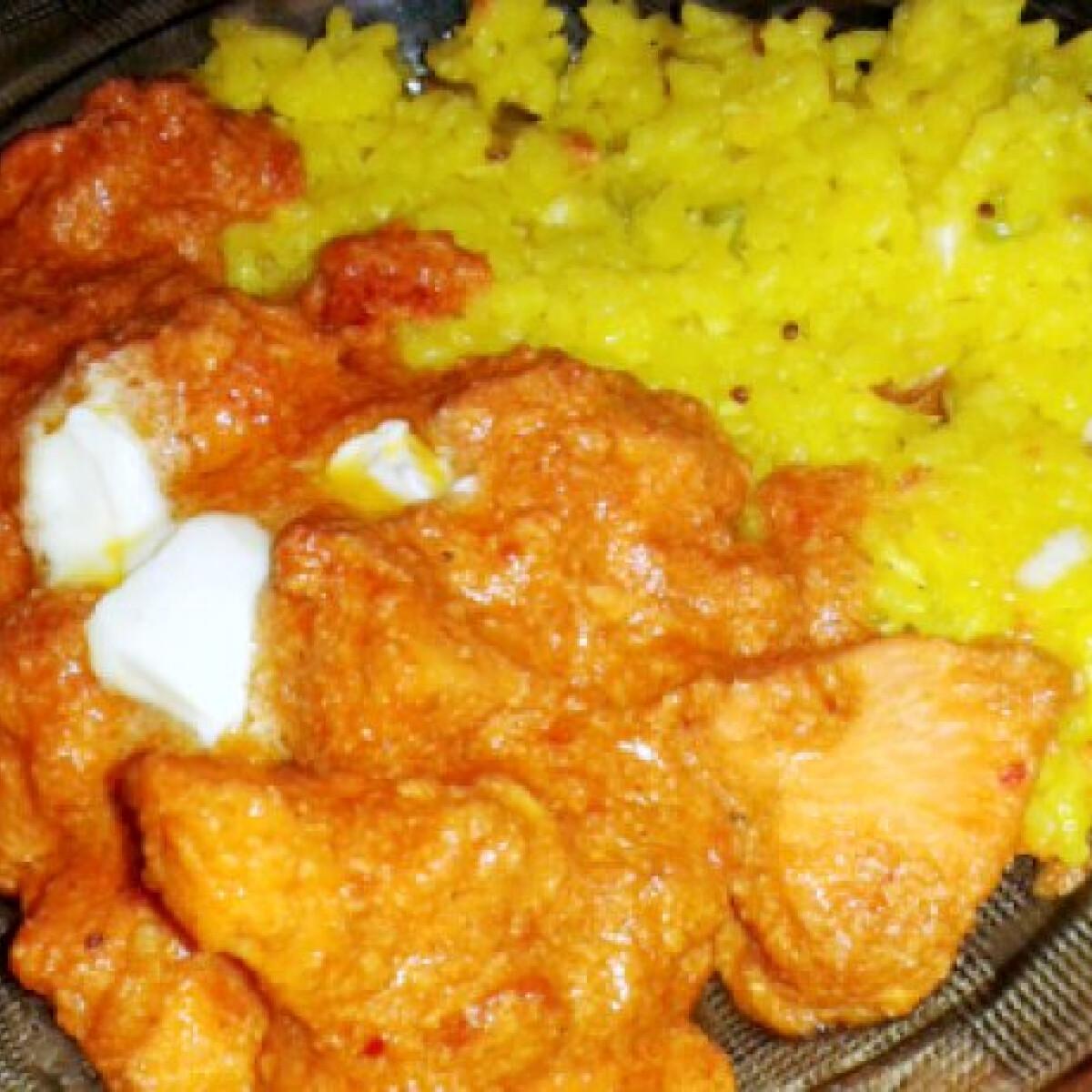 Ezen a képen: Indiai vajas csirke Zsófi konyhájából