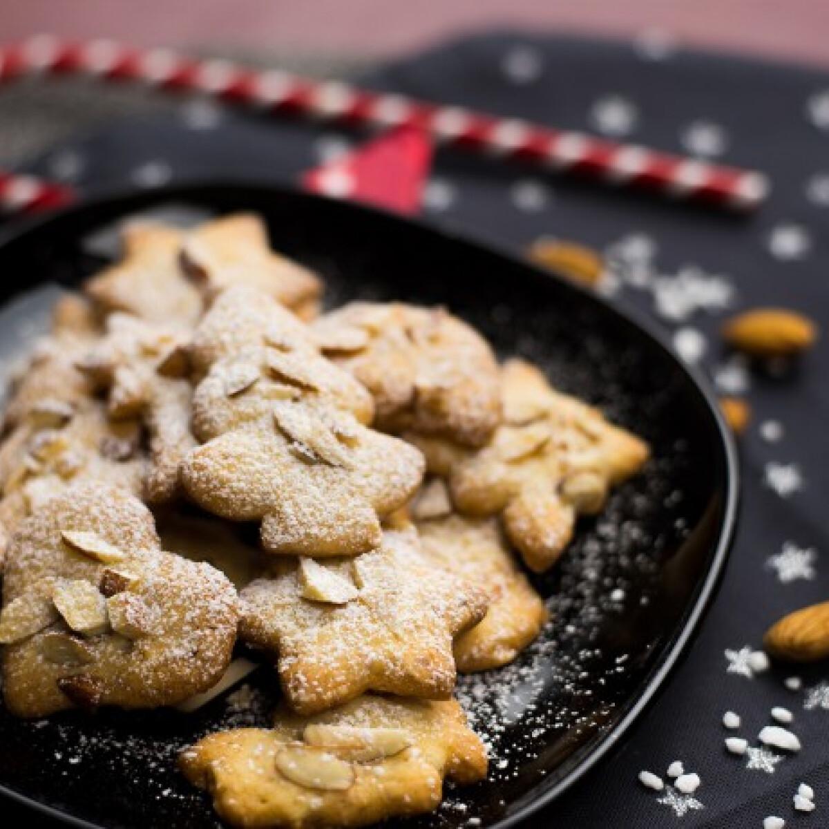 Ezen a képen: Karácsonyi mandulás keksz