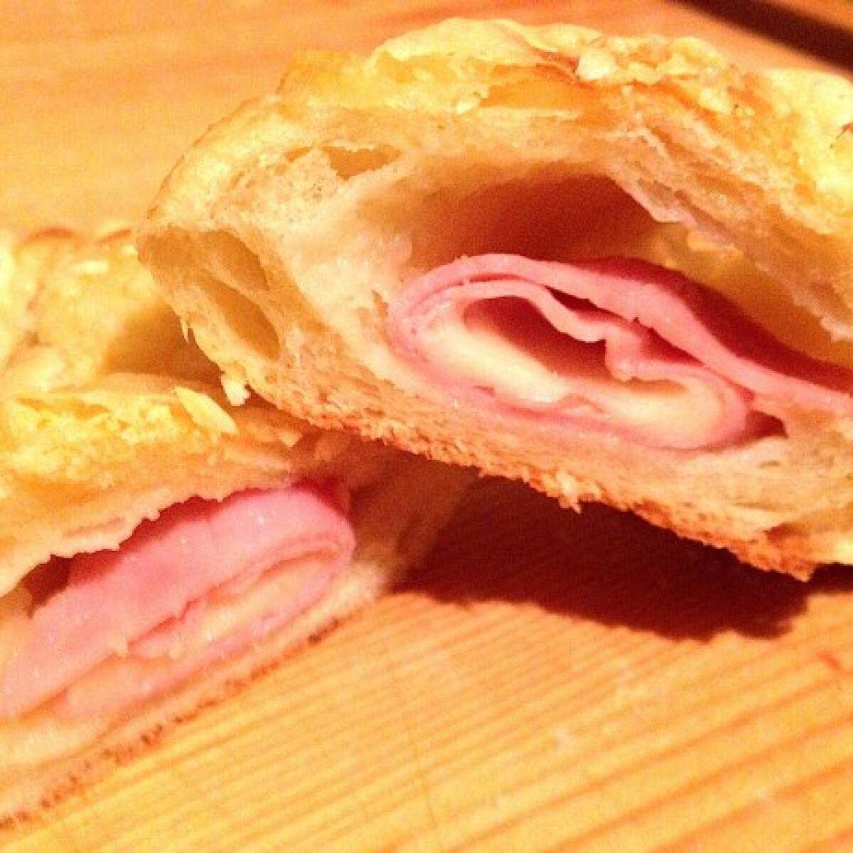 Ezen a képen: Sajtos sonkás croissant Kornéltól