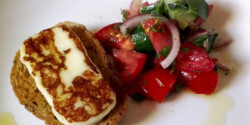 Grillezett sajt friss paradicsomsalátával
