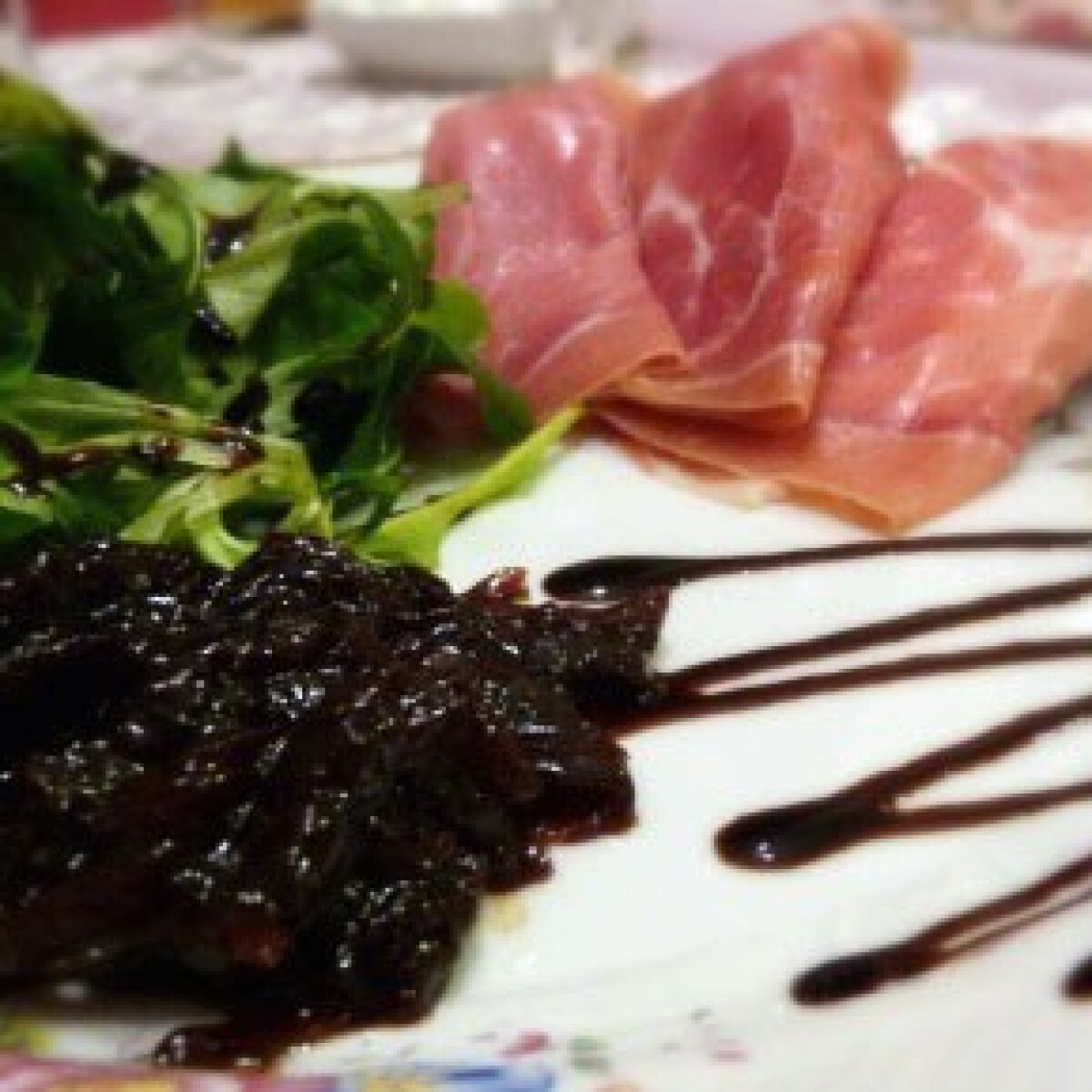 Taleggio pármai sonkával, hagymalekvárral, salátával