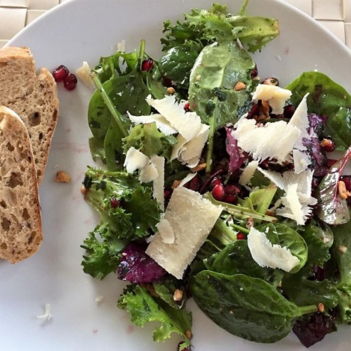 Ezen a képen: Gránátalmás saláta