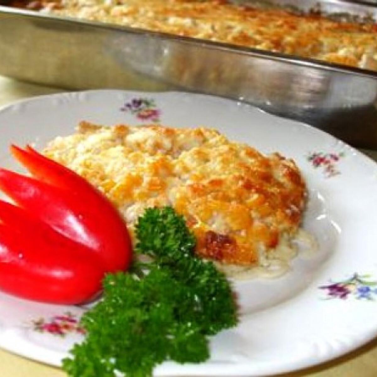 Ezen a képen: Csirkemell sajtmártással spagettiágyon