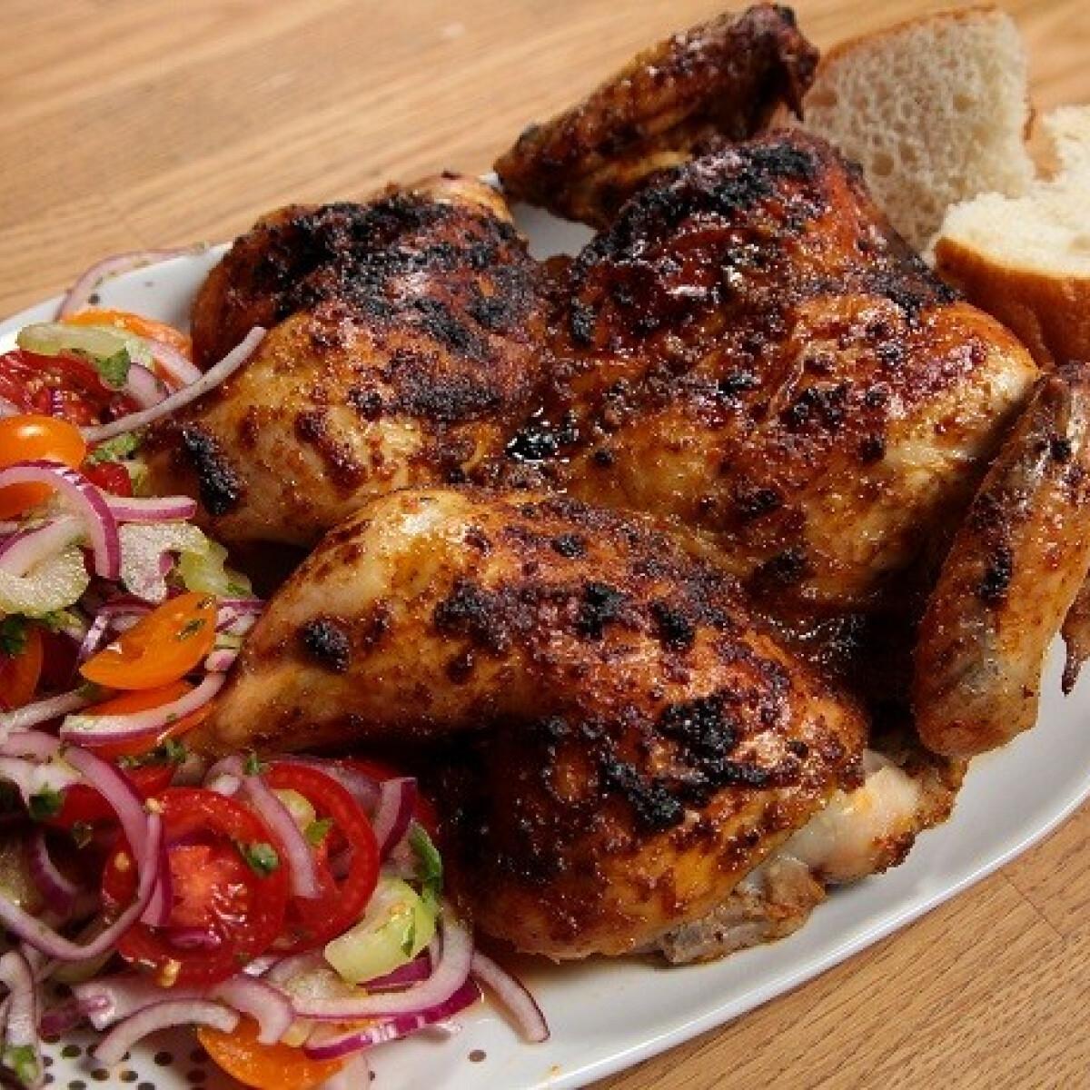 Ezen a képen: Piri-piri csirke paradicsomsalátával