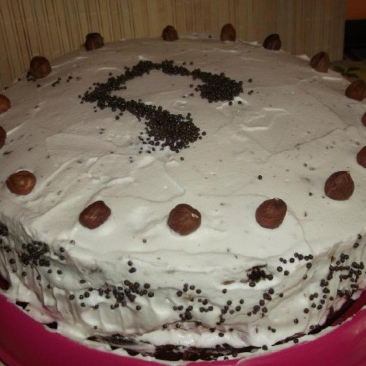 Ezen a képen: Mogyorós-meggyes csokoládétorta
