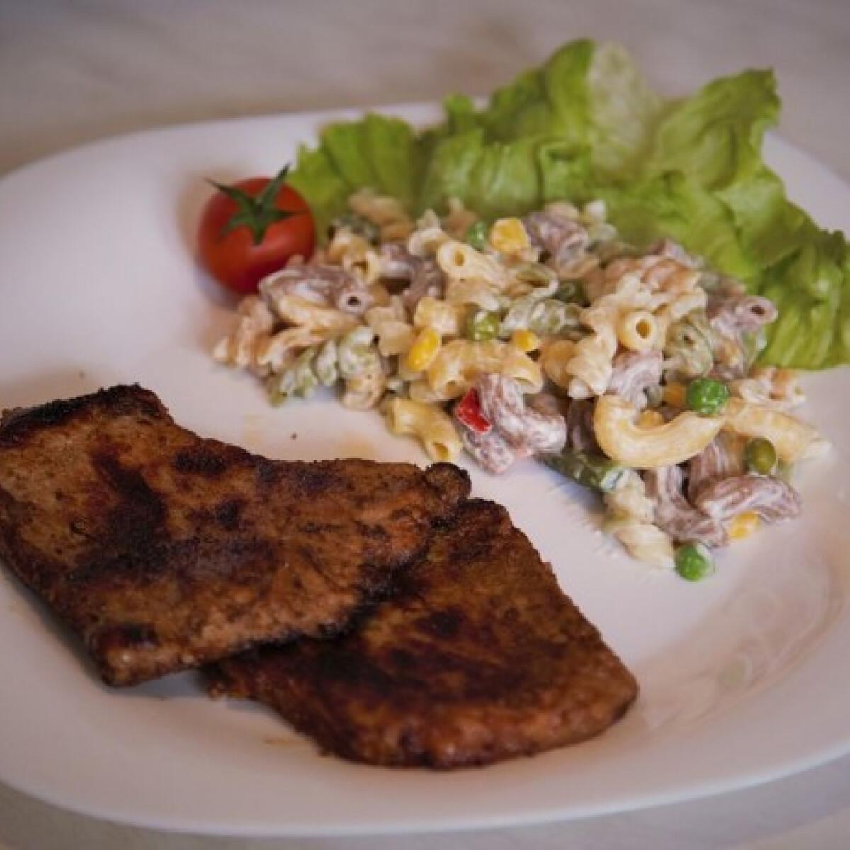 Ezen a képen: Mustáros karajszelet tejfölös-zöldséges tésztával