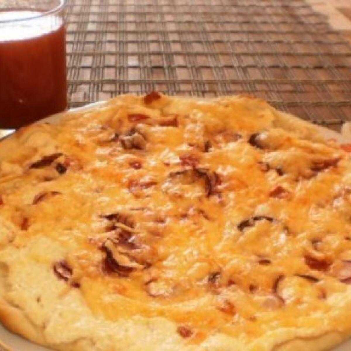 Ezen a képen: Tejfölös-túrós alapú pizza magyarosan