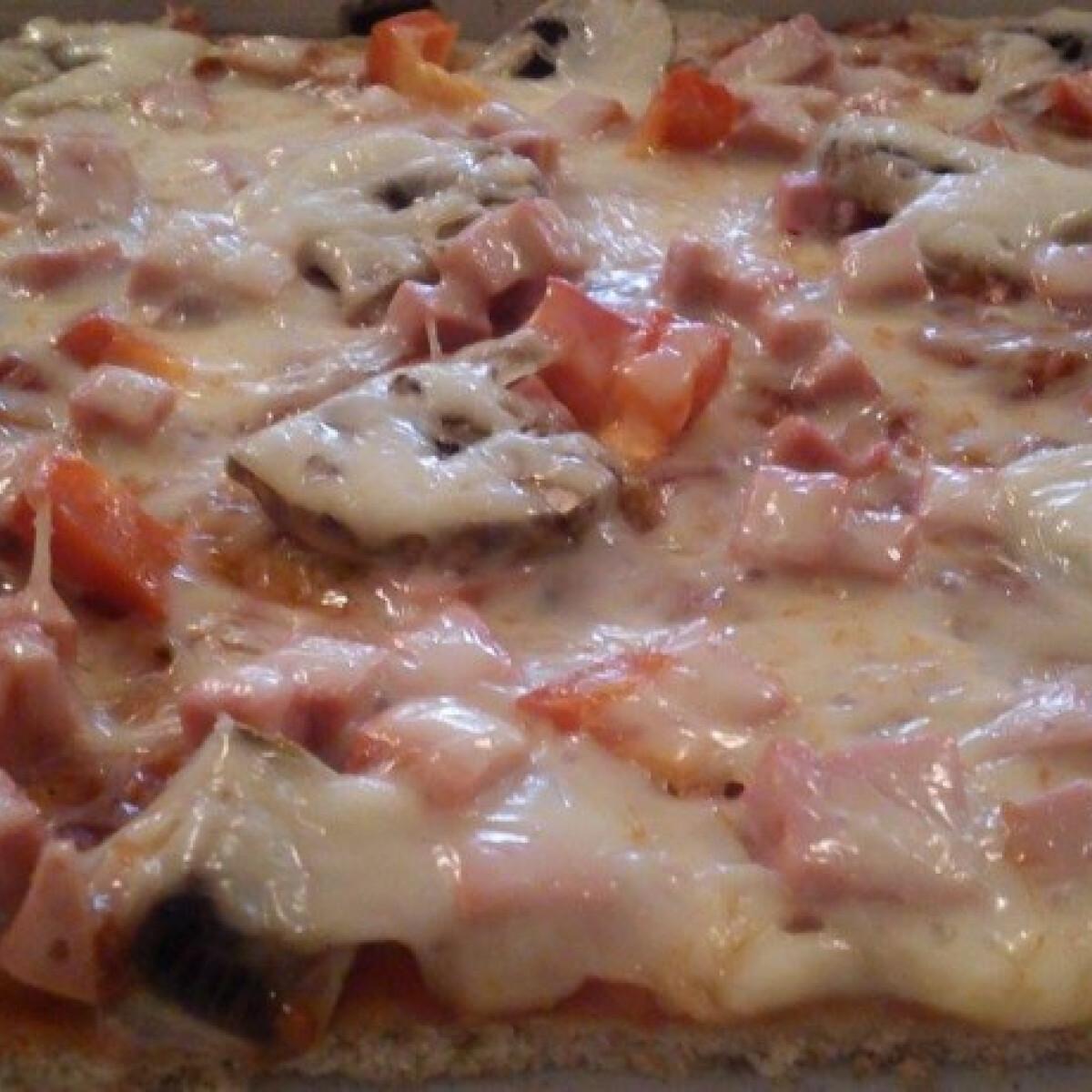 Ezen a képen: Teljes kiőrlésű pizza
