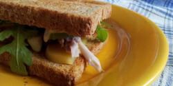 Rántott csirkés-rukkolás szendvics