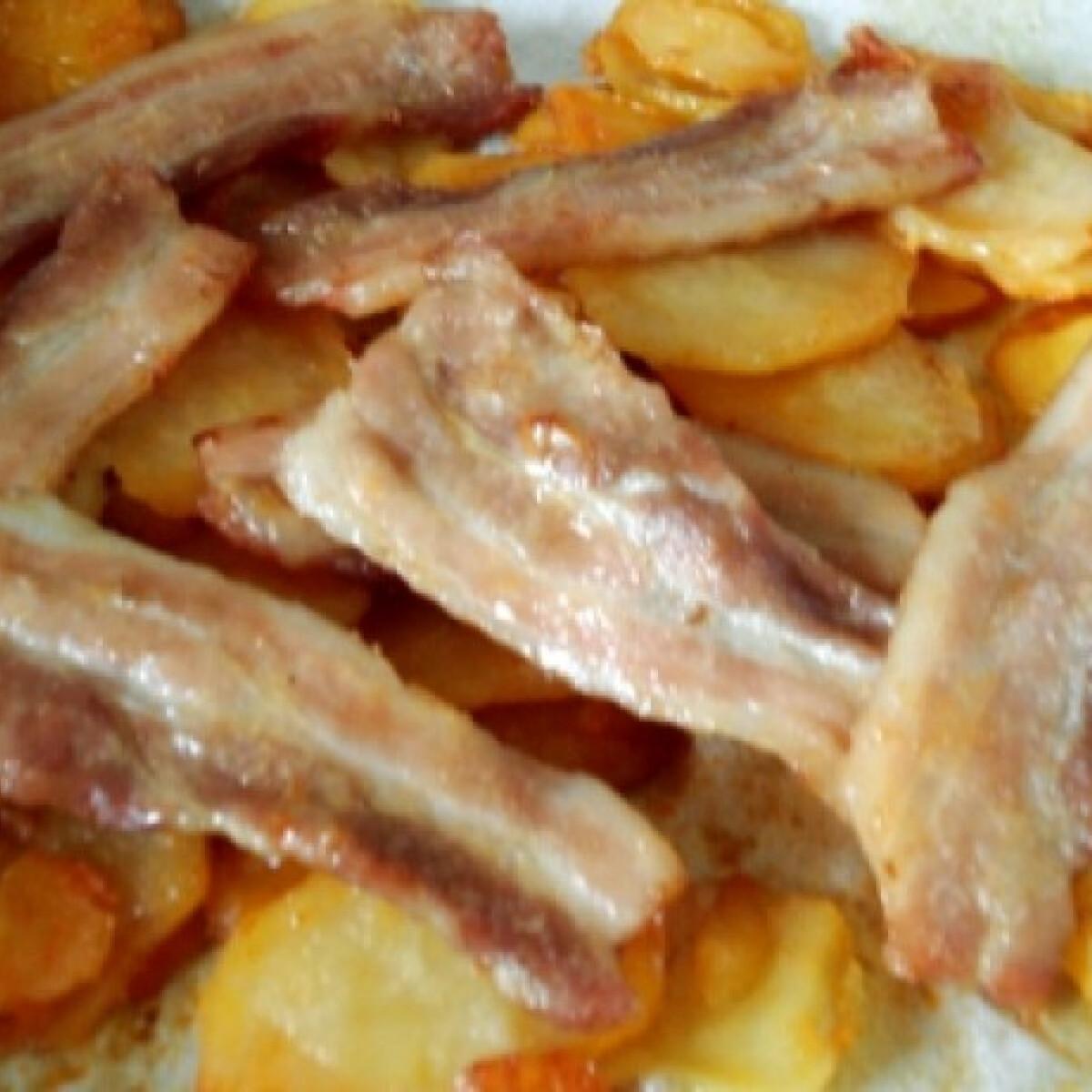 Ezen a képen: Császárszalonnás tepsis krumpli