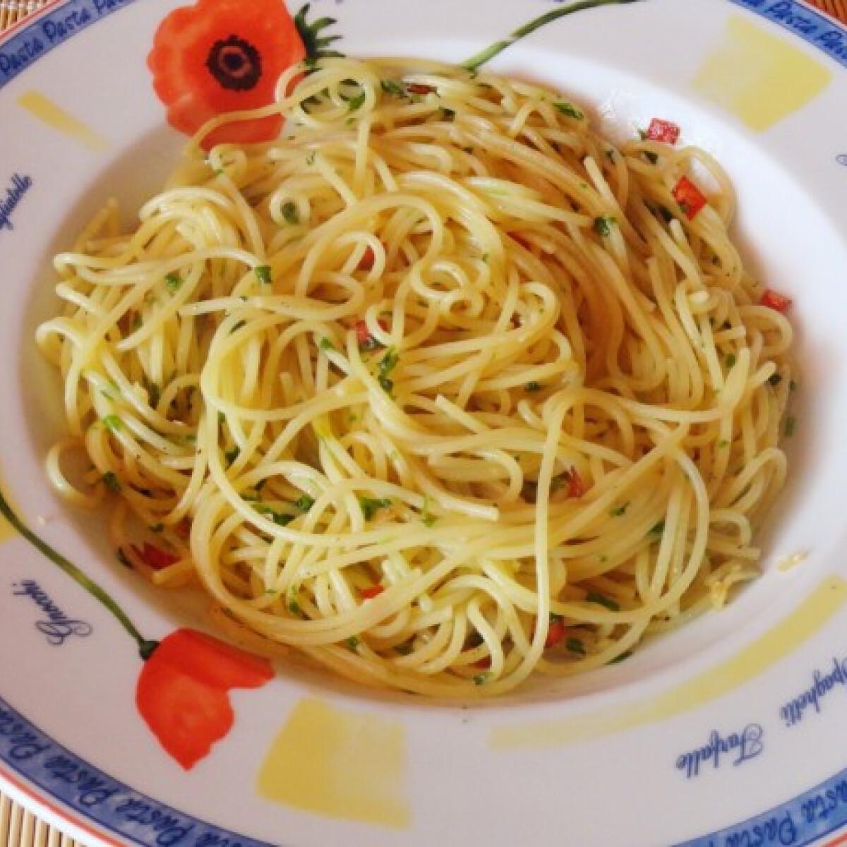 Ezen a képen: Olívaolajos-fokhagymás spagetti petrezselyemmel