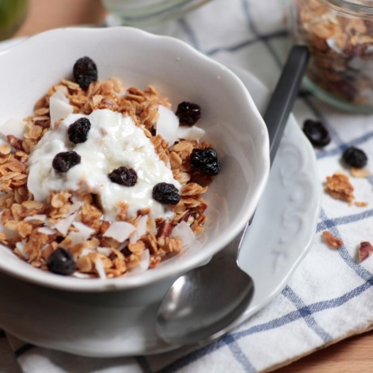 Ezen a képen: Kókuszos házi granola