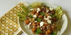 Pirított édesburgonya-quinoa saláta kecskesajttal és avokádóval