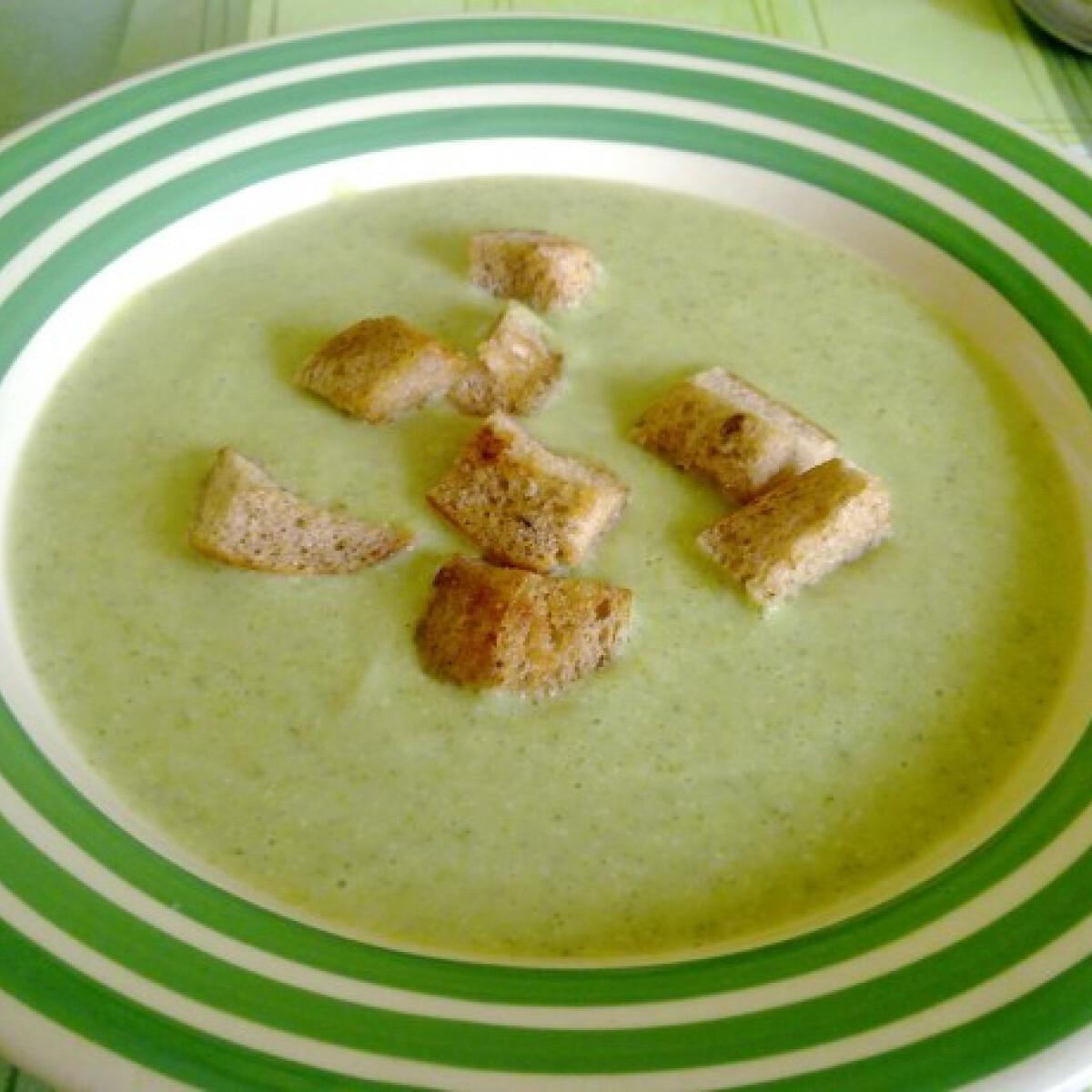 Ezen a képen: Brokkolikrémleves Smaragd konyhájából