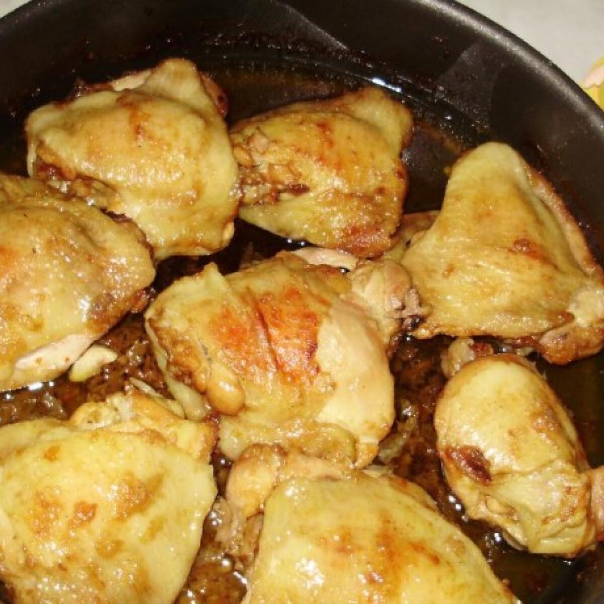 Ezen a képen: Lábasban sült csirkecombok