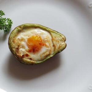 Avokádóban sült tojás cayenne borssal