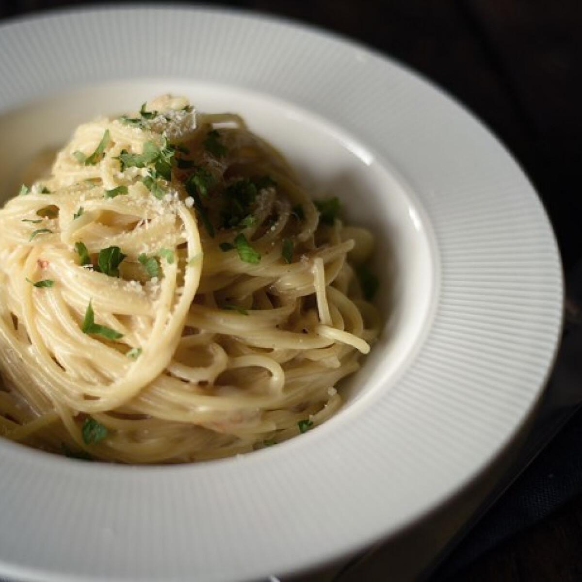 Ezen a képen: Egyedényes, sajtszószos-fokhagymás spagetti