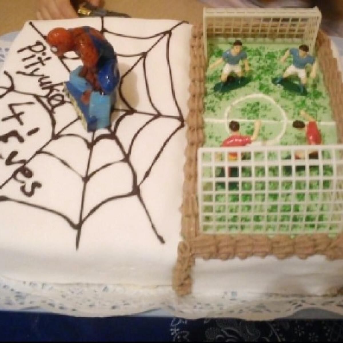 Ezen a képen: Pókemberes-focis torta