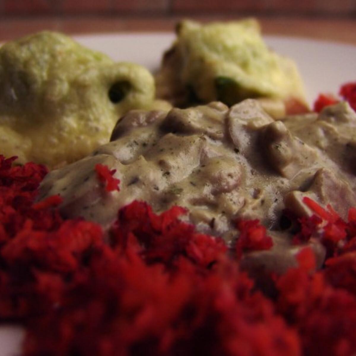 Ezen a képen: Brokkolis sajtos sertéssült vargányamártással