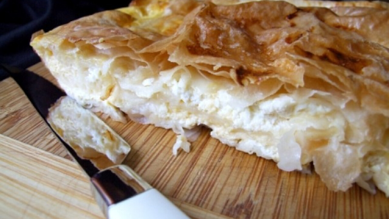 Feta sajtos börek tepsiben