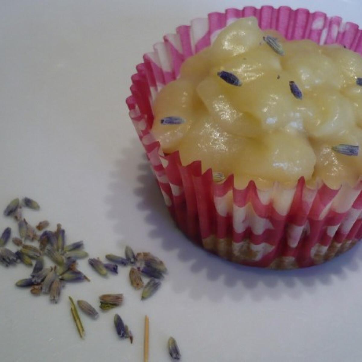 Ezen a képen: Bögrés levendulás-mézes cupcake