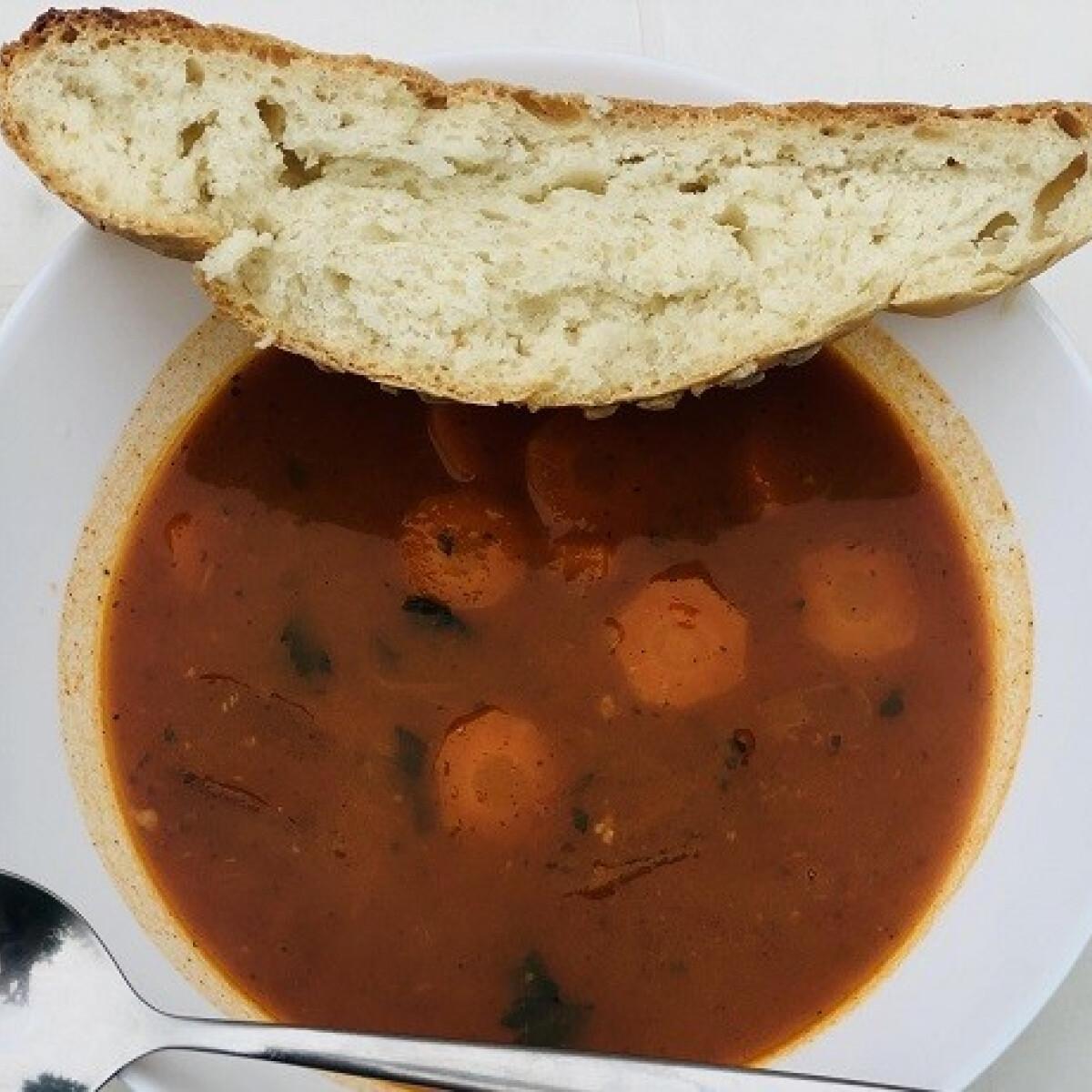 Ezen a képen: Igazi bográcsgulyás friss-ropogós, házi kenyérrel