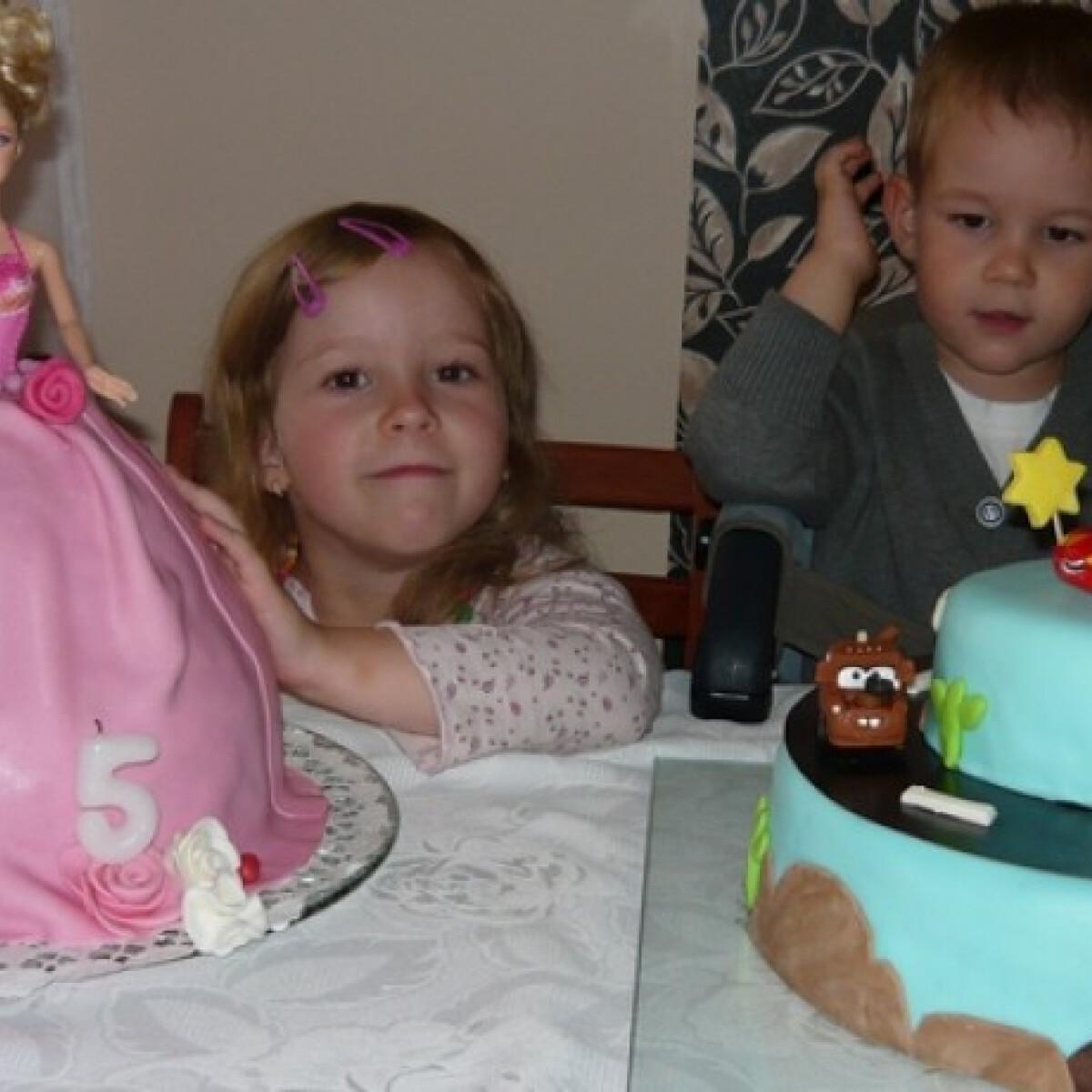 Ezen a képen: Csokis Barbie torta