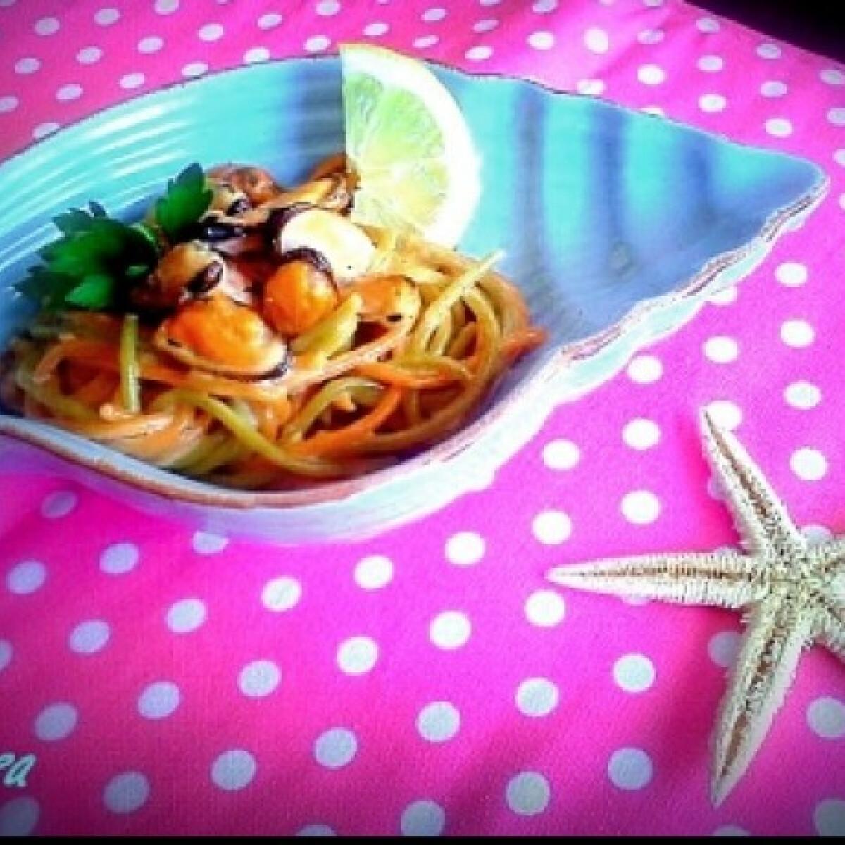 Ezen a képen: Citromos kagyló színes spagettivel