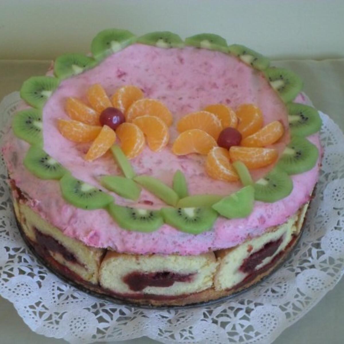 Ezen a képen: Mascarponés-gyümölcsös charlotte torta
