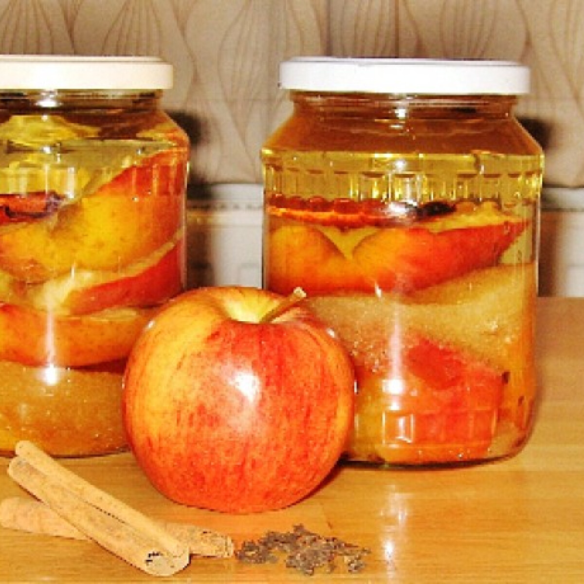 Ezen a képen: Sült alma likőr
