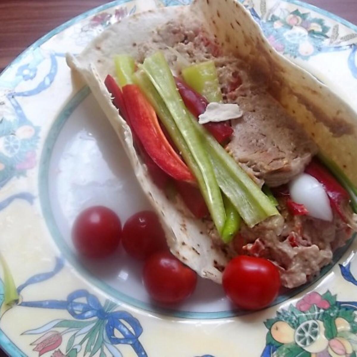 Ezen a képen: Hummus zöldségekkel tortillában