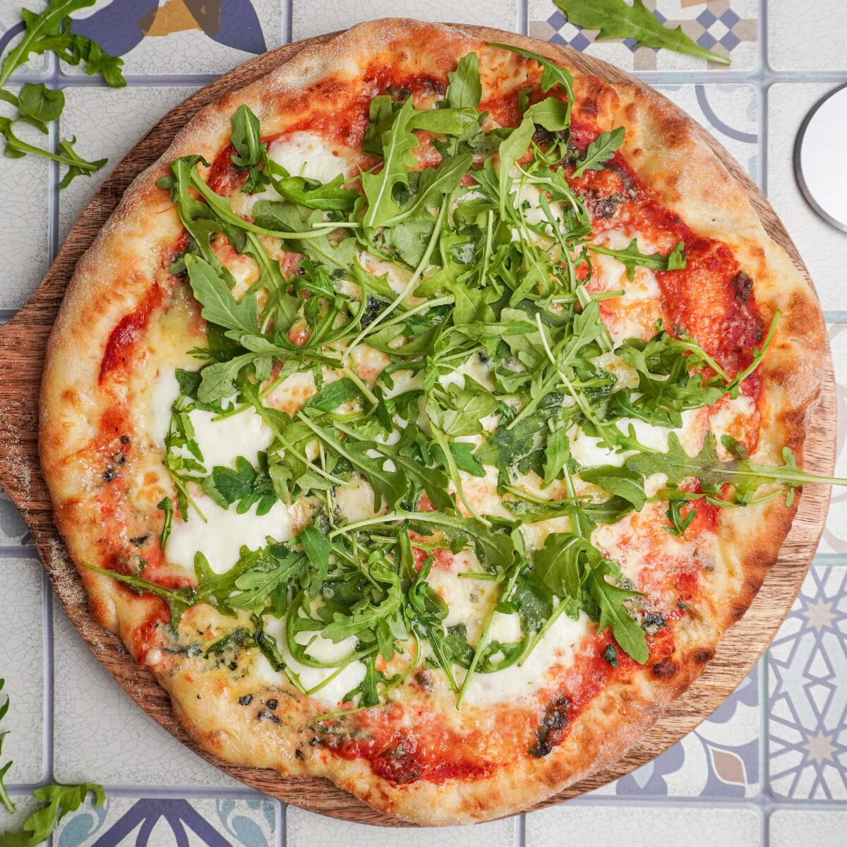Ezen a képen: Négysajtos pizza rukkolával