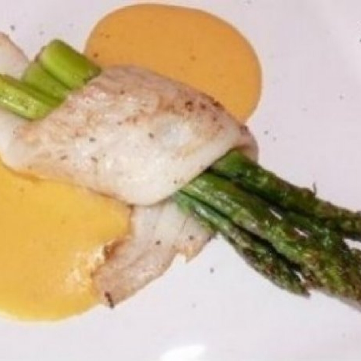 Ezen a képen: Laposhal filé zöldspárgával és hollandi mártással