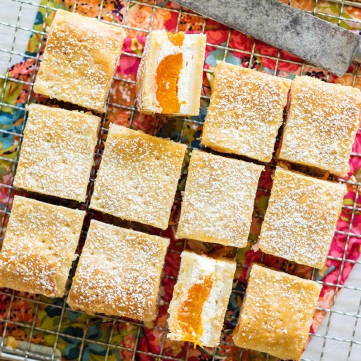 Ezen a képen: Túrós pite sárgabarackkal