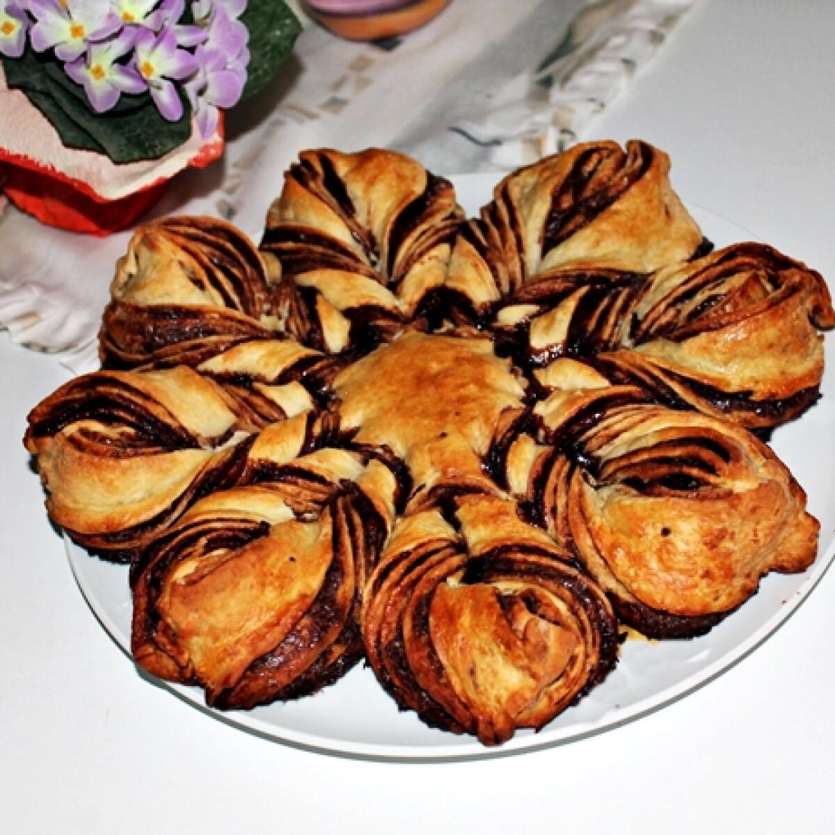 Ezen a képen: Csokoládés csavart virágkalács fűszeresen