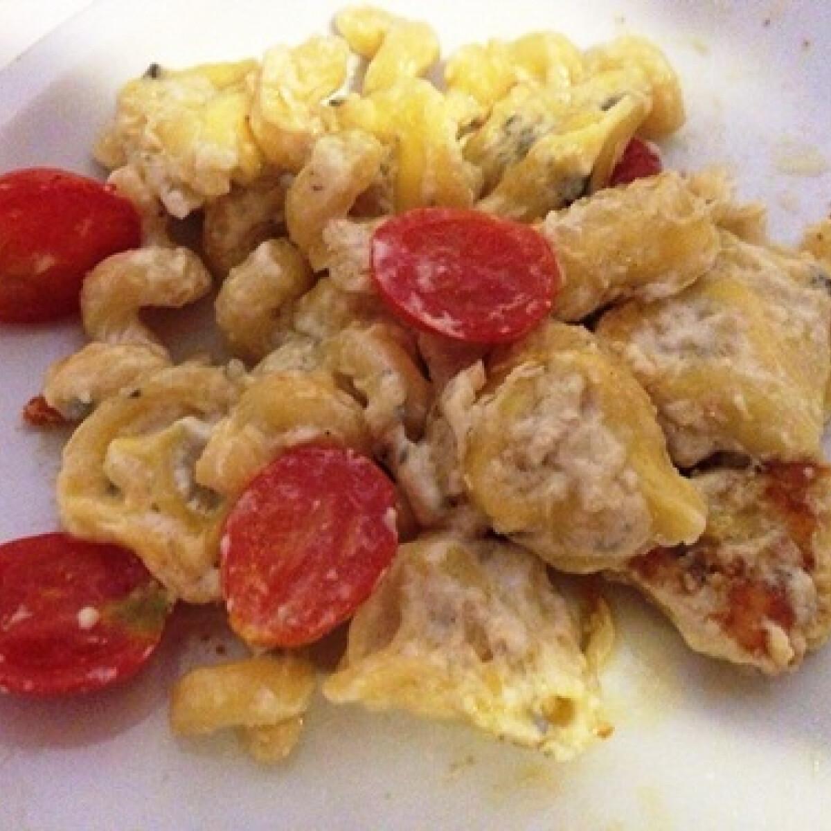 Ezen a képen: Tortellini sajtszósszal és paradicsommal