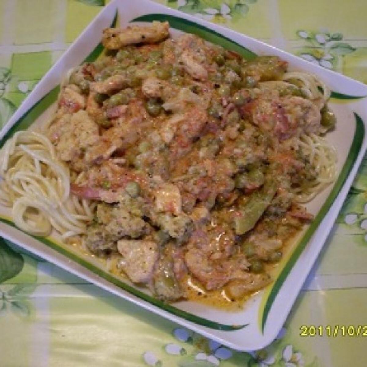 Ezen a képen: Csirkemell brokkolis-baconös szószban