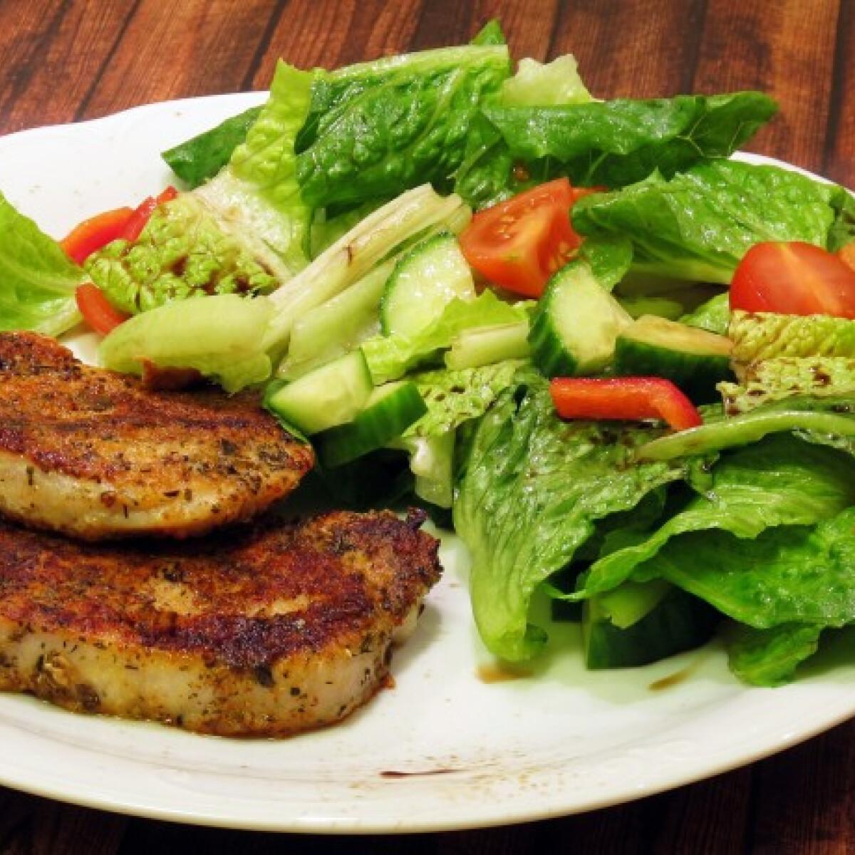 Ezen a képen: Fűszeres sertéskaraj zöldséges-balzsamecetes salátával