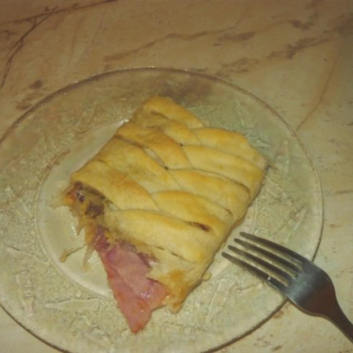 Ezen a képen: Leveles pizzás