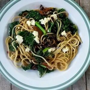 Spagetti karamellizált hagymával, fodros kellel és gorgonzolával