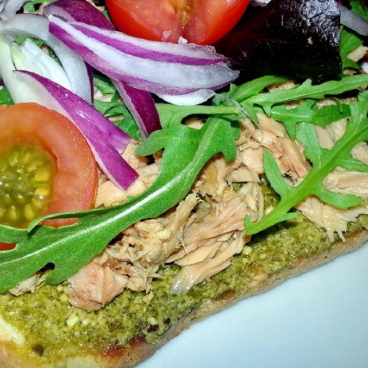 Ezen a képen: Tonhalas szendvics Monique konyhájából