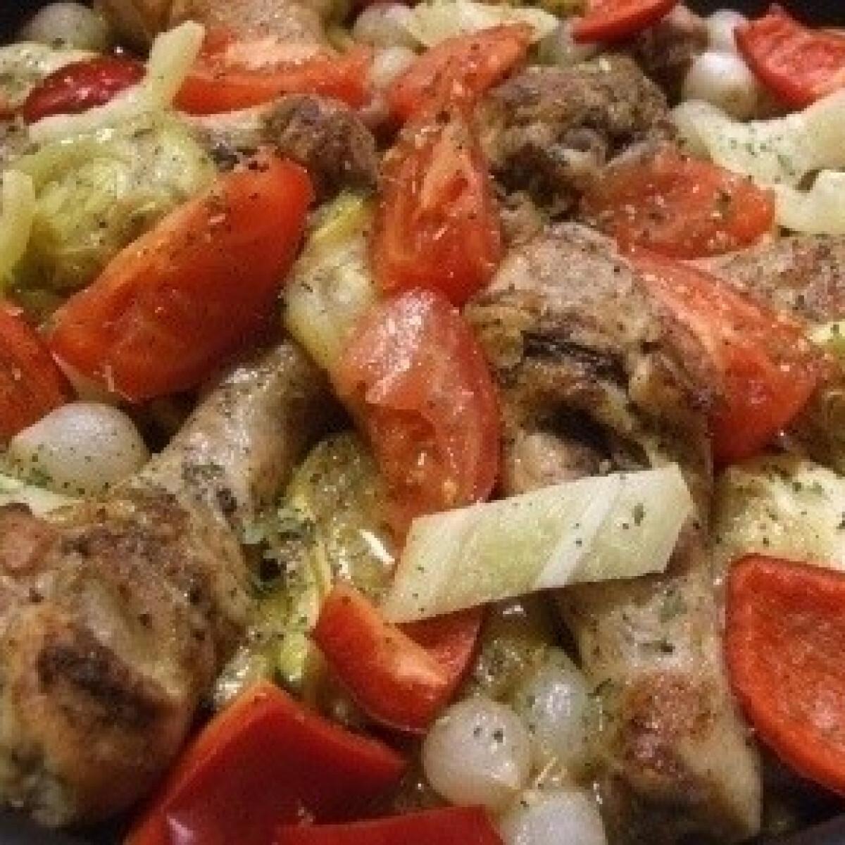 Zöldséges sült csirkecomb tál