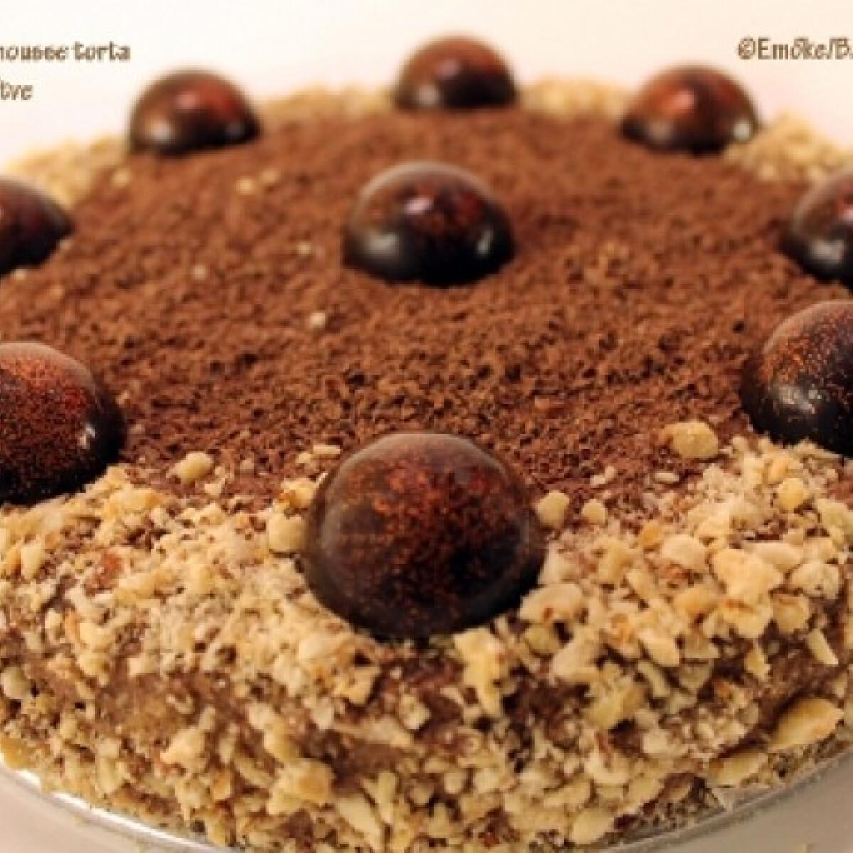 Ezen a képen: Étcsokoládés mousse torta bonbonnal díszítve
