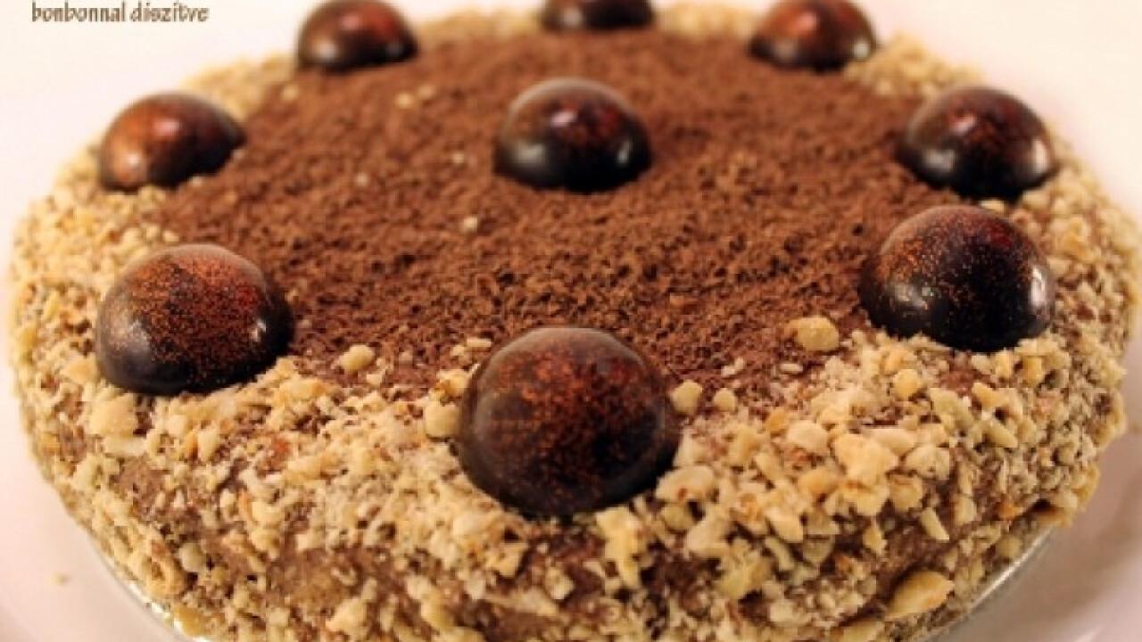 Étcsokoládés mousse torta bonbonnal díszítve