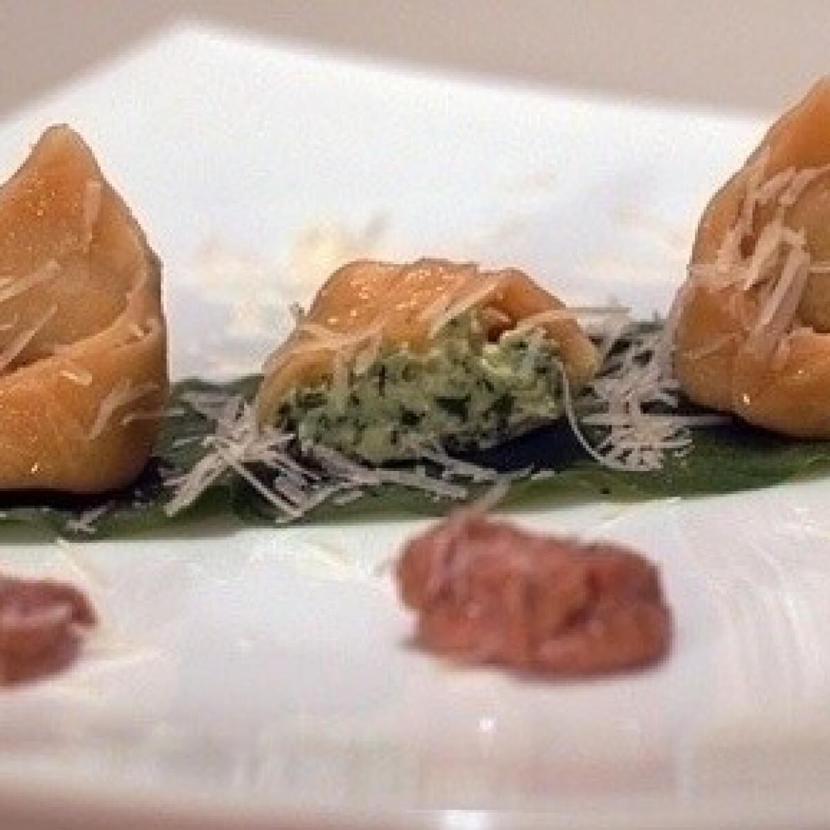 Ezen a képen: Medvehagymás tortellini salsa di nocival