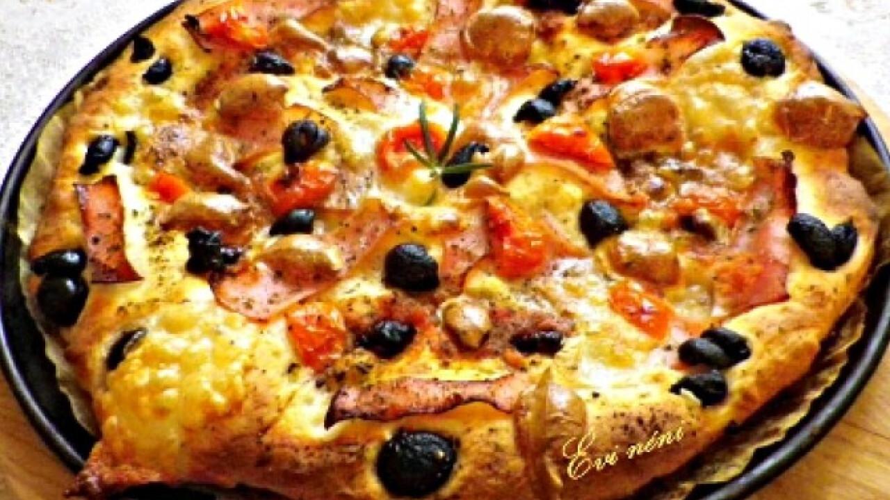 Sonkás-olajbogyós-aszalt paradicsomos pizza