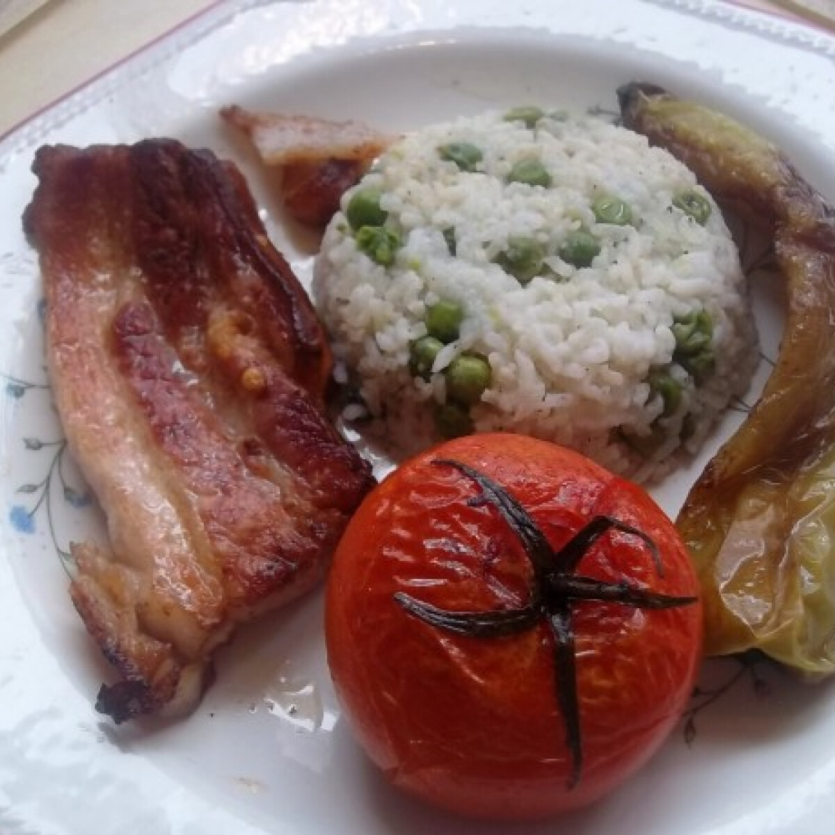 Ezen a képen: Császárszalonna zöldborsós rizzsel és velesült zöldségekkel
