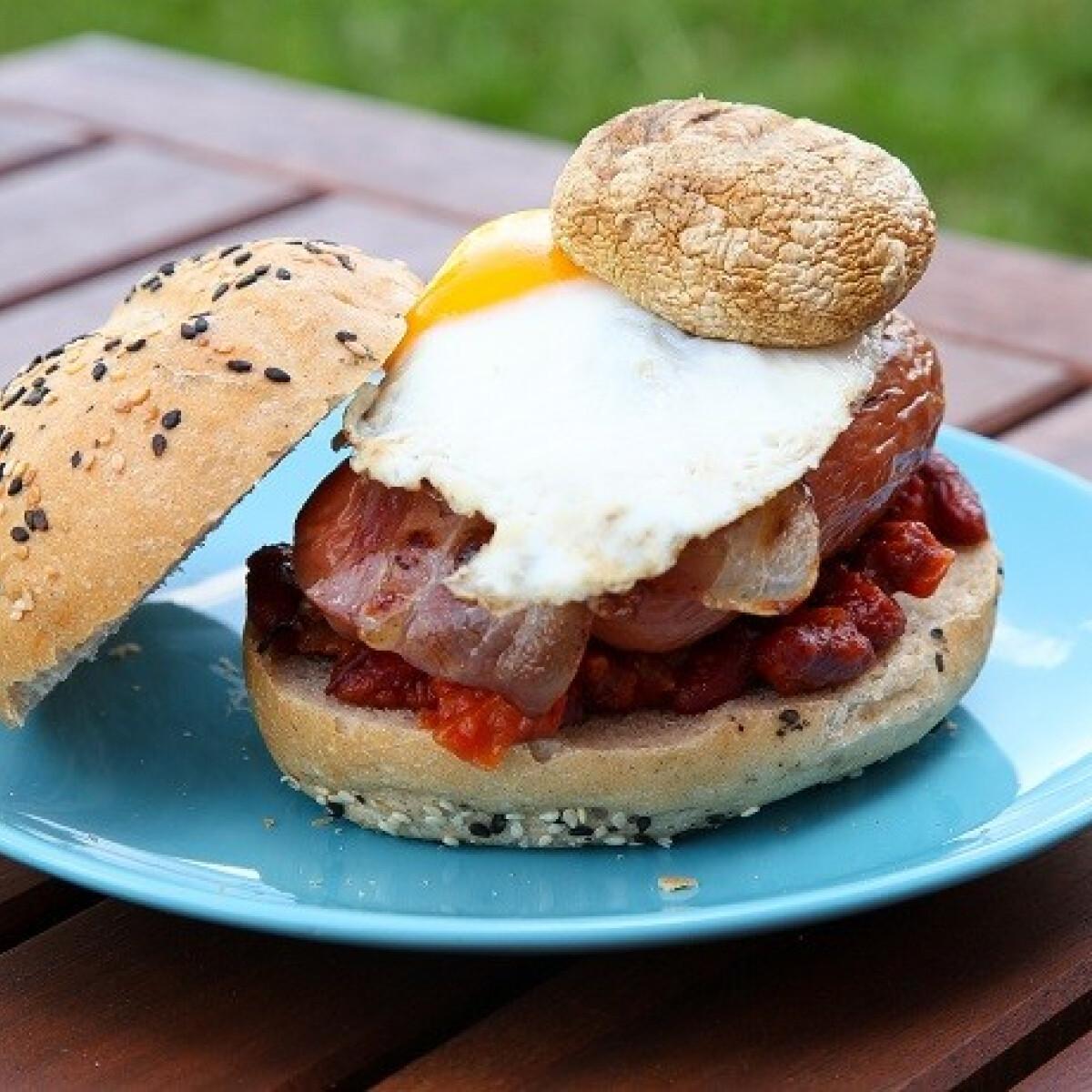 Ezen a képen: Grillezett angolreggeli-szendvics