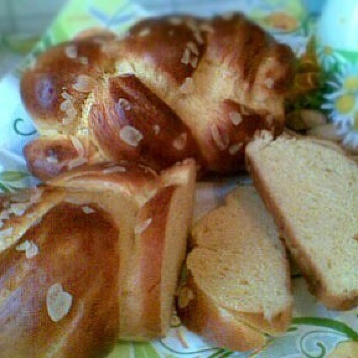 Ezen a képen: Húsvéti rumos fonott kalács