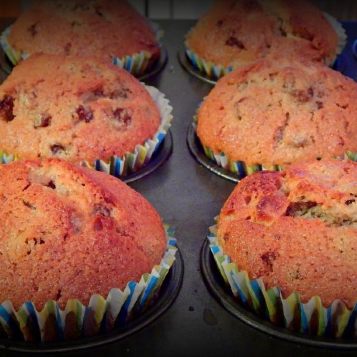Ezen a képen: Diós-mazsolás muffin fehér- és tejcsokival